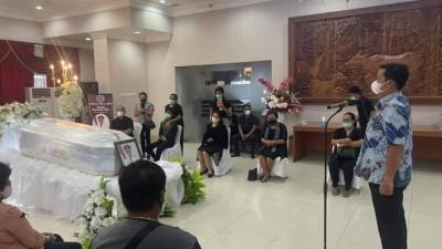 Tiba di Bandara Samratulangi, Jenazah Wabup Sangihe Disambut Isak Tangis Keluarga