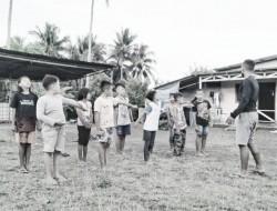 Mengisi Waktu Luang Personil Satgas TMMD ke-111 Melatih Anak-Anak SD Belajar PBB