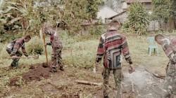 Gotong-Royong Personil Satgas TMMD ke-111 Bersih-Bersih Lingkungan Sekitar Posko dan Dapur Umum