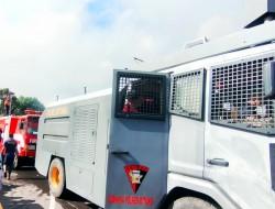 "Polres Bitung Kerahkan 1 Unit Kendaraan Water Canon Bantu Padamkan ""Si Jago Merah"""