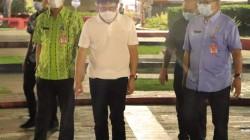 Walikota Manado bersama Kadis DLH Tinjau Pemasangan Lampu Seputar TKB